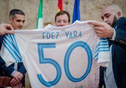 El C.P. Guareña hace entrega a Guillermo Fernández Vara una camiseta conmemorativa de los 50 años del club